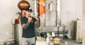 Emil Lyden vor seiner Destilliermaschine