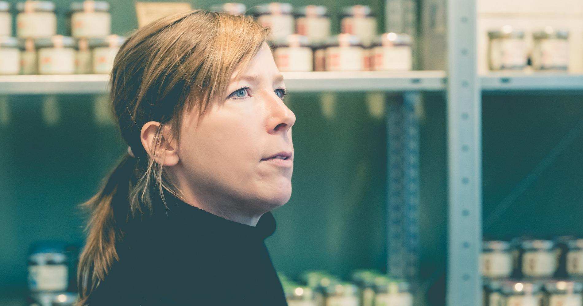 Eva Osterholz, 1975  in Oldenburg, Niedersachsen geboren, hat seitdem im In- und Ausland gelebt, seit 20 Jahren in Hamburg und ist verheiratet mit dem Pfeffrigen Peter.
